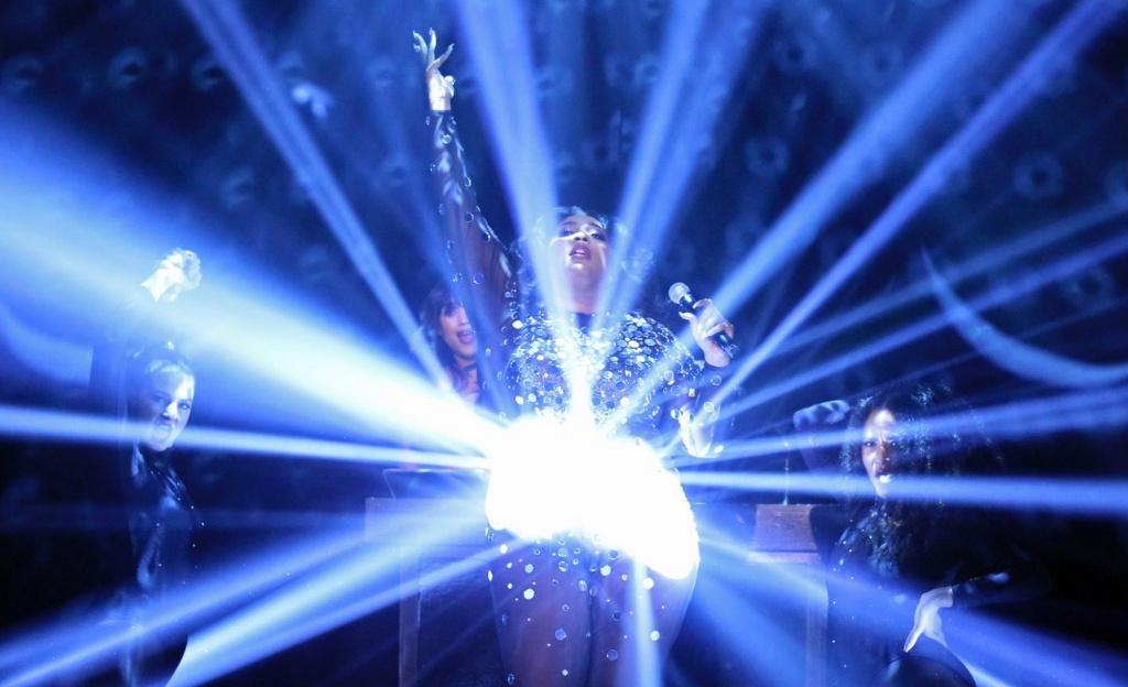 Lizzo is een levende discobal in dit fantastische optreden bij The Tonight Show