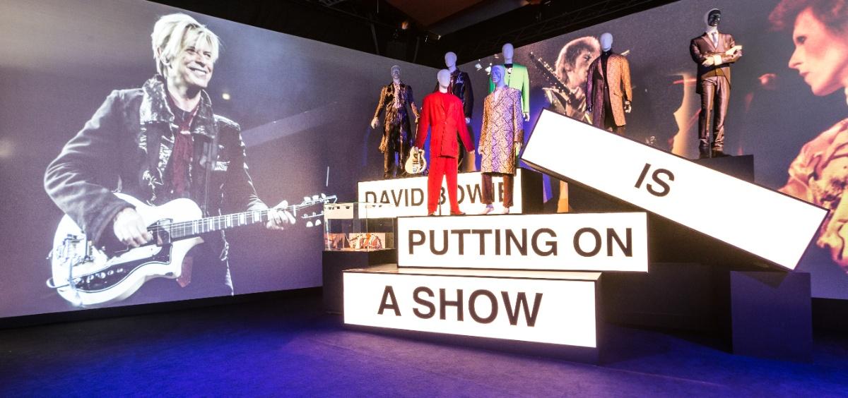"""Fans rouwen om David Bowie in Groninger Museum: """"We hebben helden nodig"""" - artikelen"""
